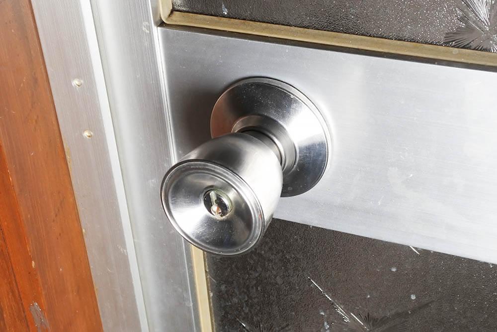 握り玉の付いたドアレバー(浴室ドア)