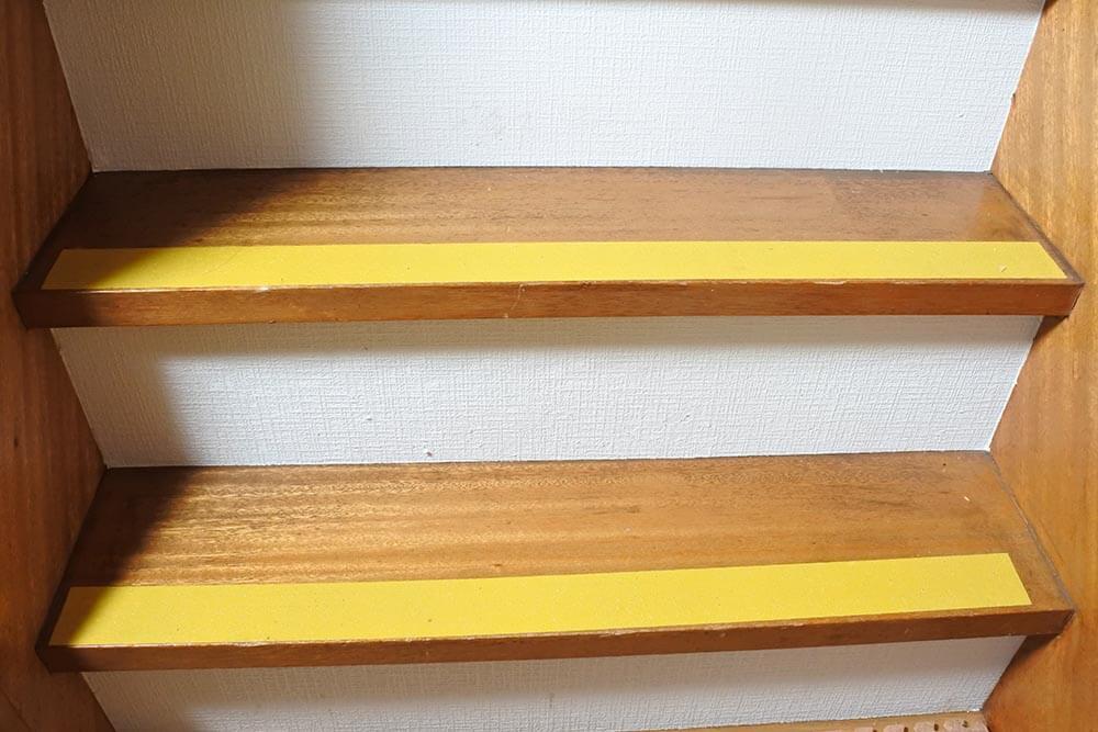 階段に3M「セーフティ・ウォーク」を貼ったところ