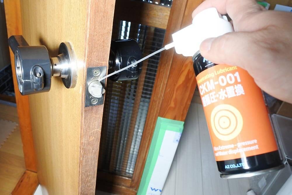 CMK-001 超極圧・水置換オイルを鍵穴に吹いているところ